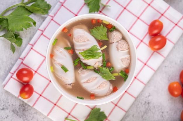 Mit schweinefleisch gefüllte tintenfischsuppe