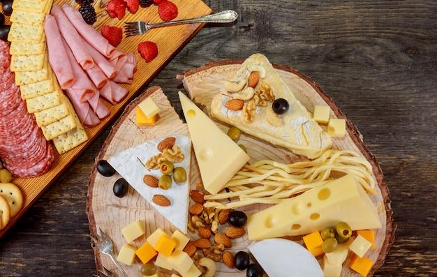 Mit snack verschiedene fleischsorten, käse, cracker, grüne oliven, nüsse und beeren