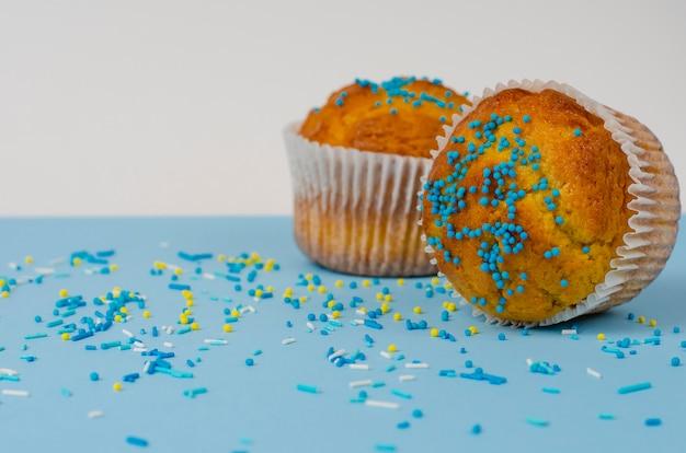 Mit streuseln verzierte muffins