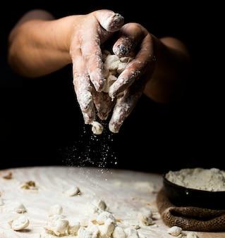 Mit teig zubereitete khingale mit mehl bestreuen.