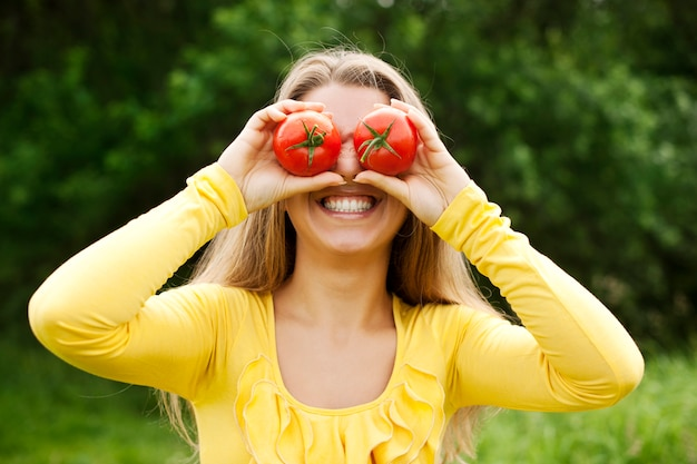 Mit tomaten herumalbern