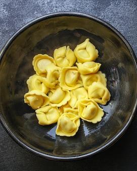Mit tortellini-nudeln gefüllte ravioli