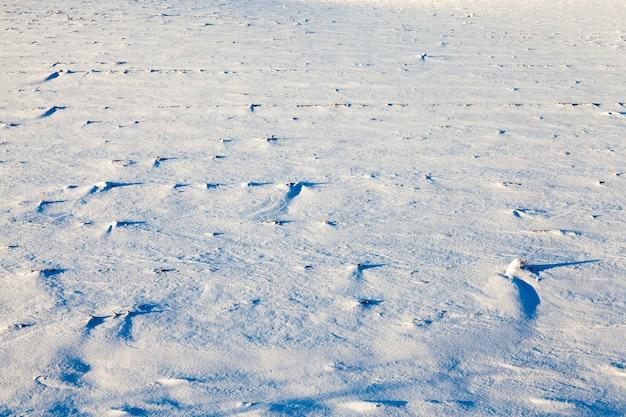 Mit weißem schnee nach dem letzten schneefall, wintersaison