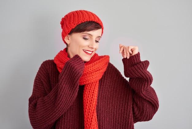 Mit winterkleidung und guter laune