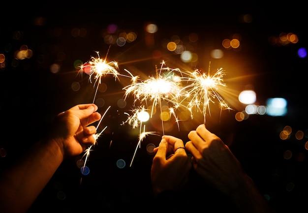 Mit wunderkerzen in der nacht feiern