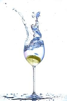 Mit zitrone in ein glas wasser spritzen