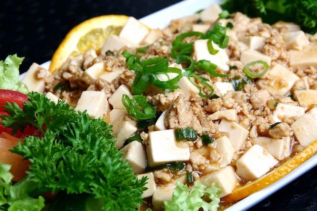 Mit zwiebel und zitrone zubereiten