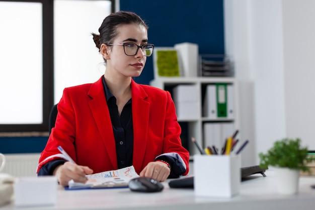 Mitarbeiter am arbeitsplatz des unternehmens, der auf den computerbildschirm blickt