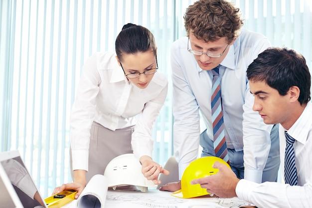 Mitarbeiter arbeiten zusammen in einer skizze