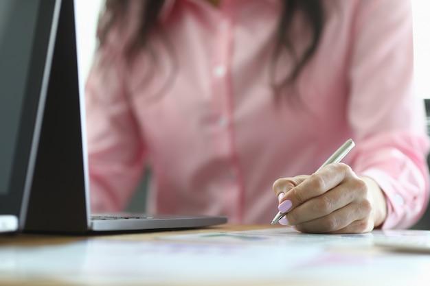 Mitarbeiter arbeitet am laptop