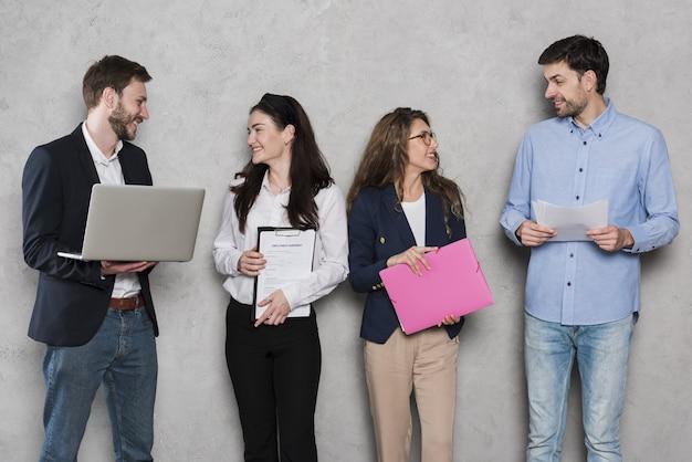 Mitarbeiter der personalabteilung mit laptops und verträgen