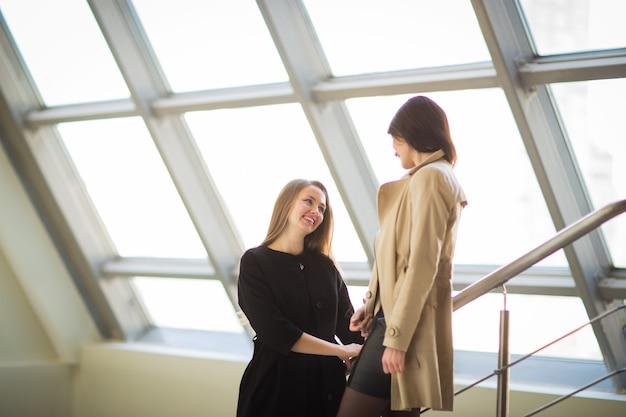 Mitarbeiter des unternehmens besprechen arbeitsprobleme in der geräumigen halle des büros
