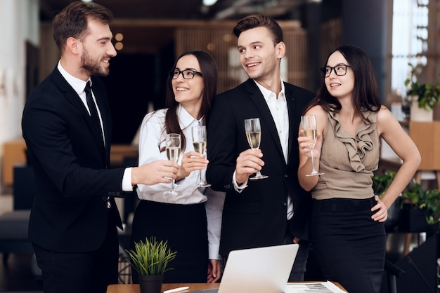 Mitarbeiter des unternehmens trinken alkoholische getränke