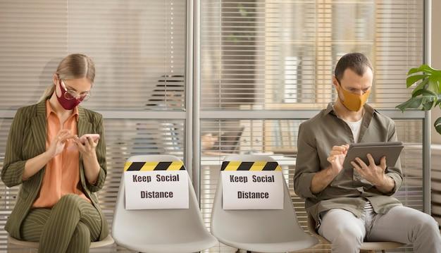 Mitarbeiter, die die soziale distanz bei der arbeit respektieren