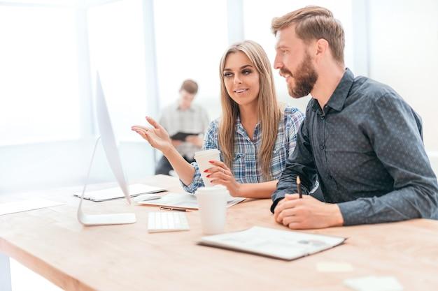 Mitarbeiter diskutieren online-daten im büro. büro wochentage