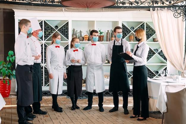 Mitarbeiter eines restaurants oder hotels in schutzmasken