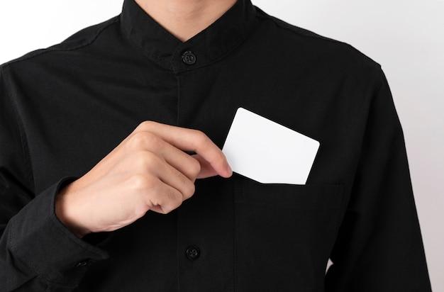 Mitarbeiter fangen leere visitenkarte in der tasche