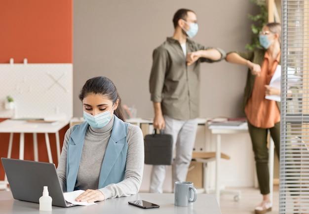 Mitarbeiter freuen sich, wieder bei der arbeit zu sein