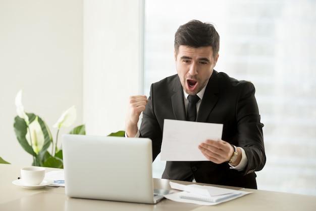 Mitarbeiter freut sich über beförderung oder gehaltserhöhung