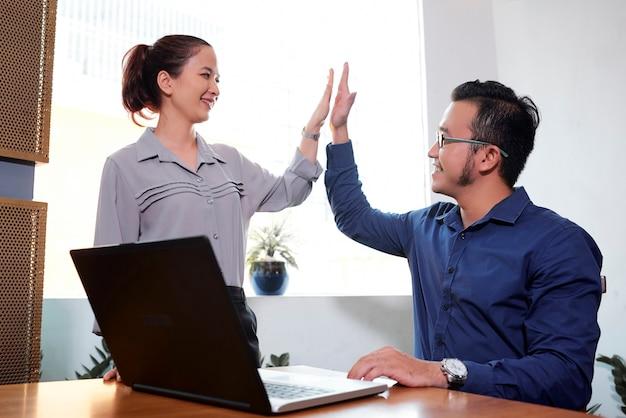 Mitarbeiter geben high five