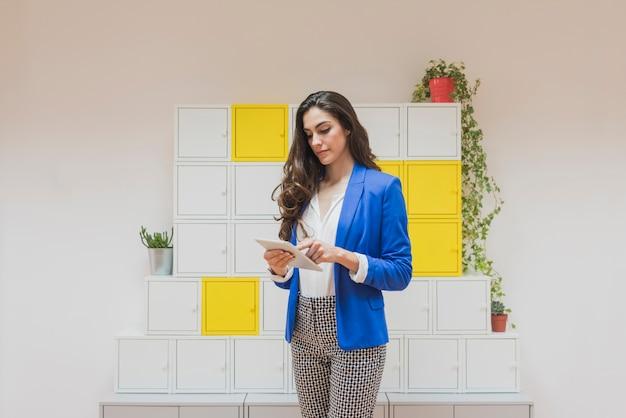 Mitarbeiter mit der blauen jacke mit ihrem tablet