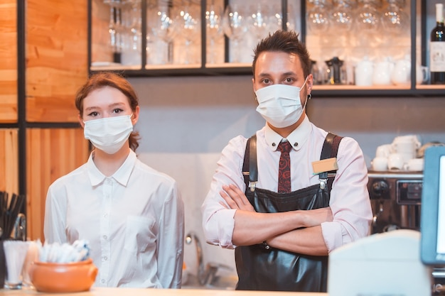Mitarbeiter mit medizinischen masken