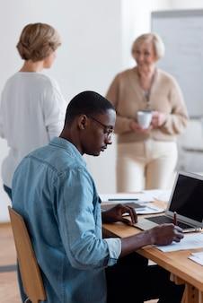 Mitarbeiter mit mittlerer einstellung arbeiten