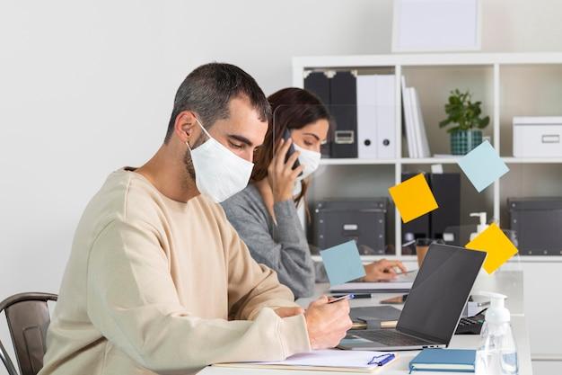 Mitarbeiter mit mittlerer einstellung und maske