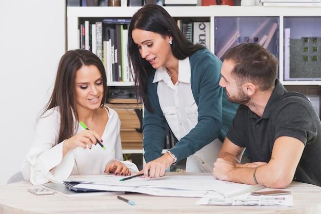 Mitarbeiter mit papieren im büro