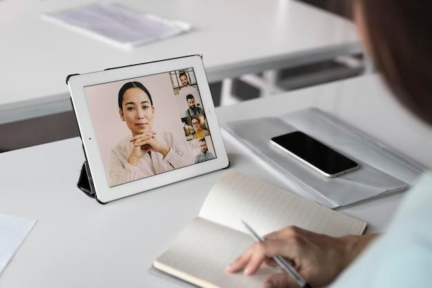 Mitarbeiter mit tablet hautnah