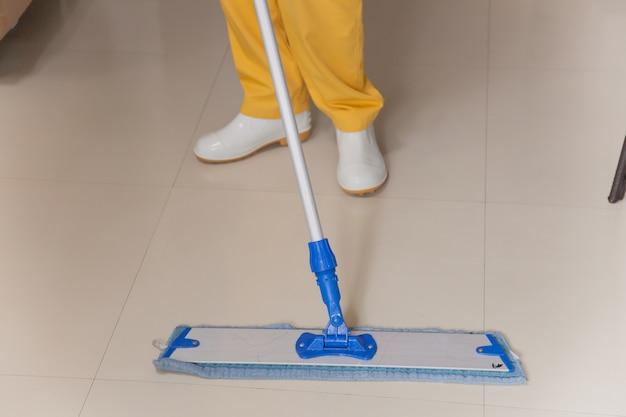 Mitarbeiter reinigen böden