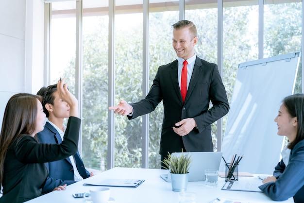 Mitarbeiter sind die fragen, die während des meetings gestellt werden, der plan des unternehmens