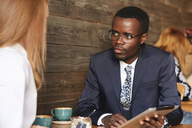 Mitarbeiter sitzen im café formell gekleidet