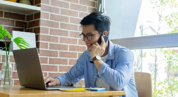 Mitarbeiter sprechen mit dem partner und verwenden eine laptop-videokonferenz mit dem team im haus zur quarantäne