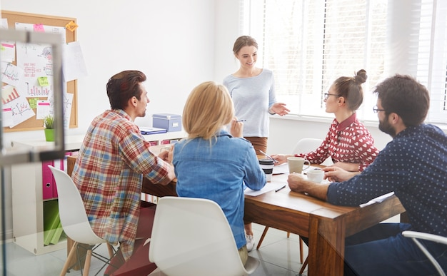 Mitarbeiter team arbeiten. brainstorming-konzept