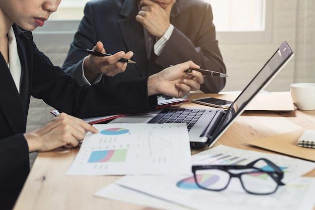 Mitarbeiter-team brainstorming und treffen zu diskutieren und zu analysieren