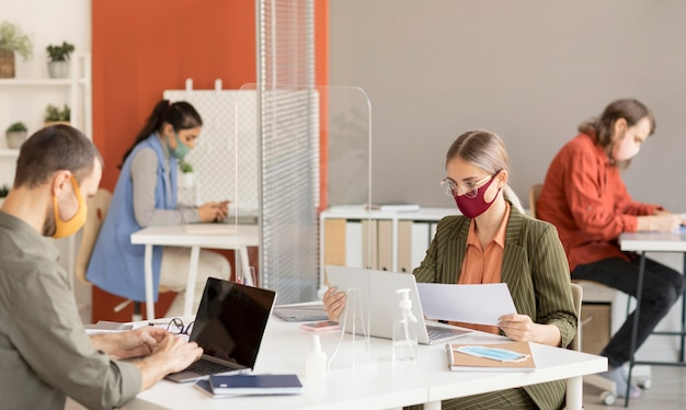 Mitarbeiter tragen gesichtsmaske bei der arbeit