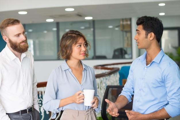 Mitarbeiter treffen und plaudern während des mittagessens