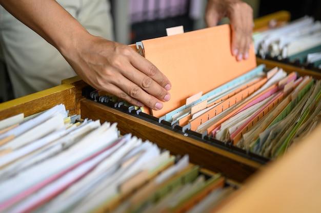 Mitarbeiter verwalten dokumente im büro.