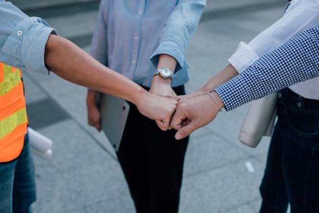 Mitarbeiter von ingenieuren arbeiten gemeinsam an erfolgreichen projekten. teamwork-konzept.