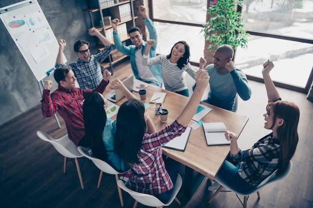Mitarbeiter während des firmenmeetings im büro