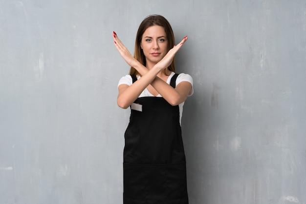 Mitarbeiterfrau, die keine geste macht