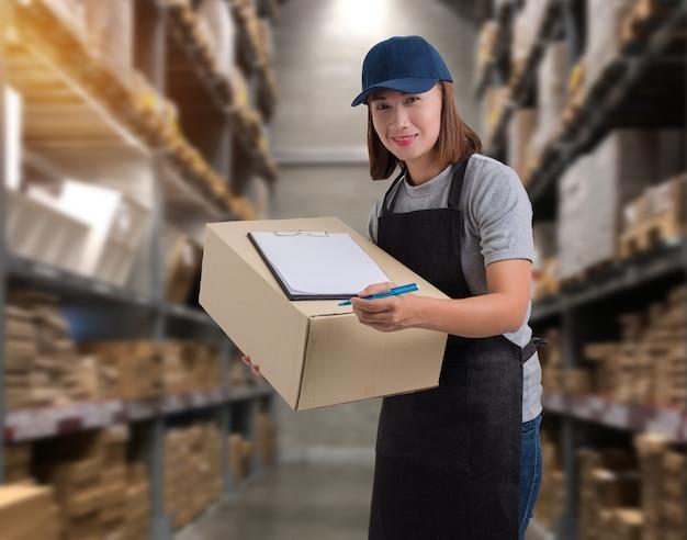 Mitarbeiterinnen liefern von produkten unterzeichnen sie die unterschrift auf dem produktbeleg mit paketboxen