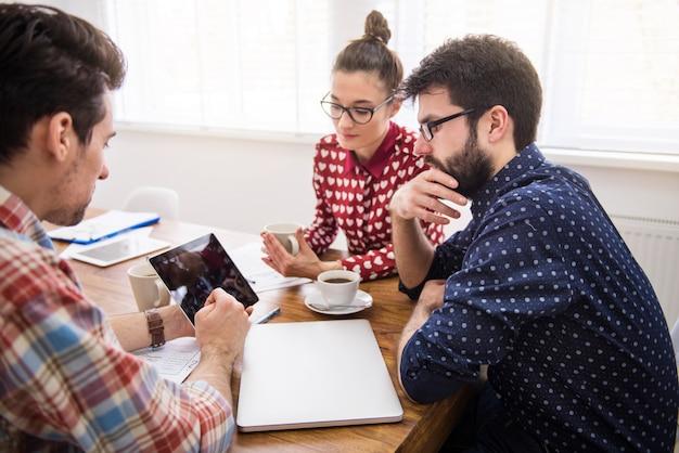 Mitarbeiterteam arbeitet mit einem digitalen tablet