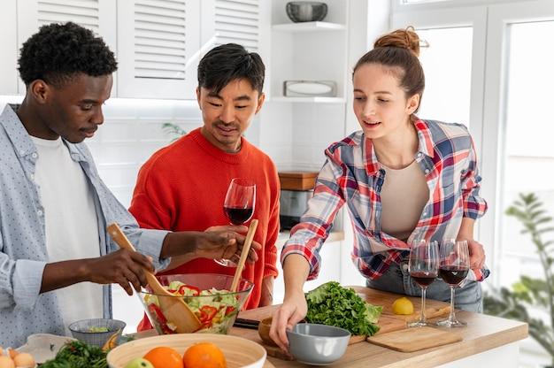Mitbewohner, die zu hause zusammen kochen