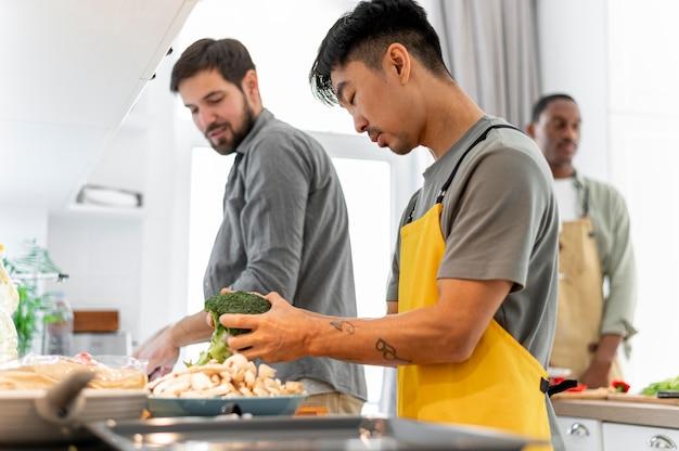 Mitbewohner, die zusammen mittleren schuss kochen