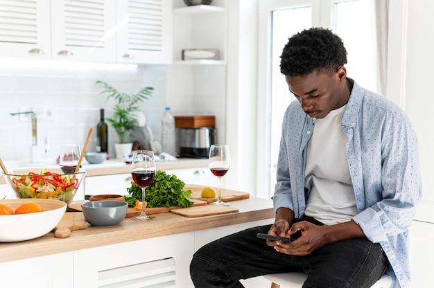 Mitbewohner mann hält smartphone