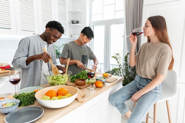 Mitbewohner mit mittlerem schuss und leckerem essen