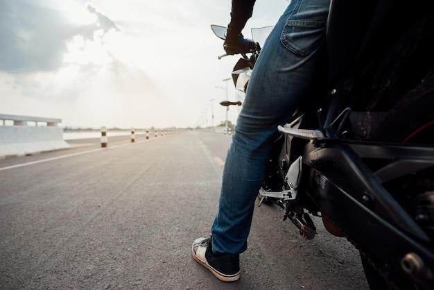 Mitfahrer-motorrad auf dem straßenreiten. viel spaß beim fahren auf der leeren straße
