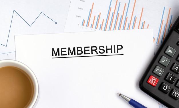Mitgliedschaft mit grafiken, diagrammen und taschenrechner sowie einer tasse duftenden kaffees